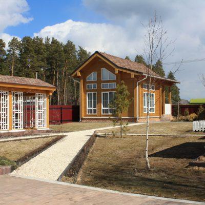 Фасад дома и беседки в поселке Макаровка